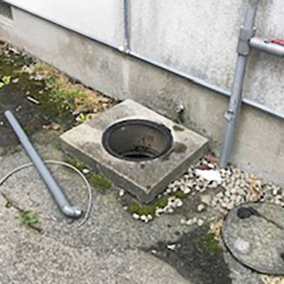 簡易水洗トイレのつまりで困っているお客様のご自宅にお伺いさせていただきました。 簡易水洗トイレのつまりの原因 簡易水洗トイレのつまりの原因は、代々排水管の中に尿石が溜まってしまい、その尿石が水の流れを邪魔をしているからです。簡易水洗トイレの場合は、水洗のトイレに比べて流す水の量が少ないため、排水管の中にトイレットペーパーが詰まってしまい、それを長年放置してしまうと、今回のようにトイレの水が流れなくなってしまいます。 高圧洗浄機でトイレのつまり除去 このように水が流れなくなってしまったら、排水管の中を強い水圧が出る高圧洗浄機を使って排水管の中に溜まっているトイレットペーパーなどを洗い流すことが必要になりますので、今回のお客様の場合も排水管の中を高圧洗浄機を使って、トイレのつまりの除去をさせていただくことになりました。 高圧洗浄後、排水管の中に溜まっていたトイレットペーパーも全て取り除くことができて水も通常通り流れるようになりました。